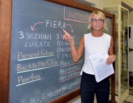 Shit and  Die. Artissima 2014 ospita un Maurizio Cattelan cucito su misura per Torino.