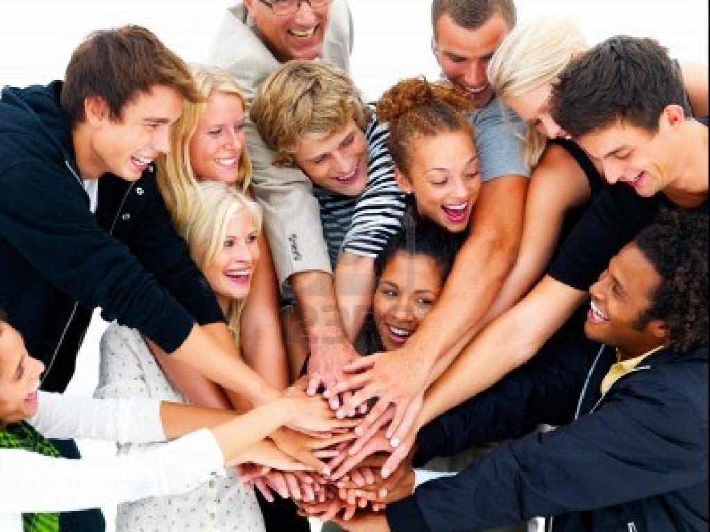 gruppo-di-amici-felici-con-le-mani-sulle-mani